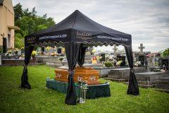 Pohrebný altánok s rakvou