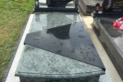 Náhrobné kamene a pomníky